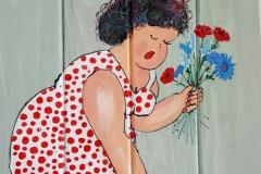 dikke dame bloemen plukken